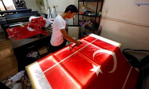 Χρυσές δουλειές! Ξεπουλάνε οι τουρκικές σημαίες μετά το πραξικόπημα