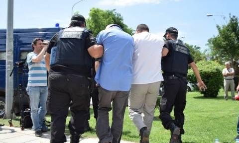 Ενώπιον του δικαστηρίου οι οκτώ Τούρκοι στρατιωτικοί