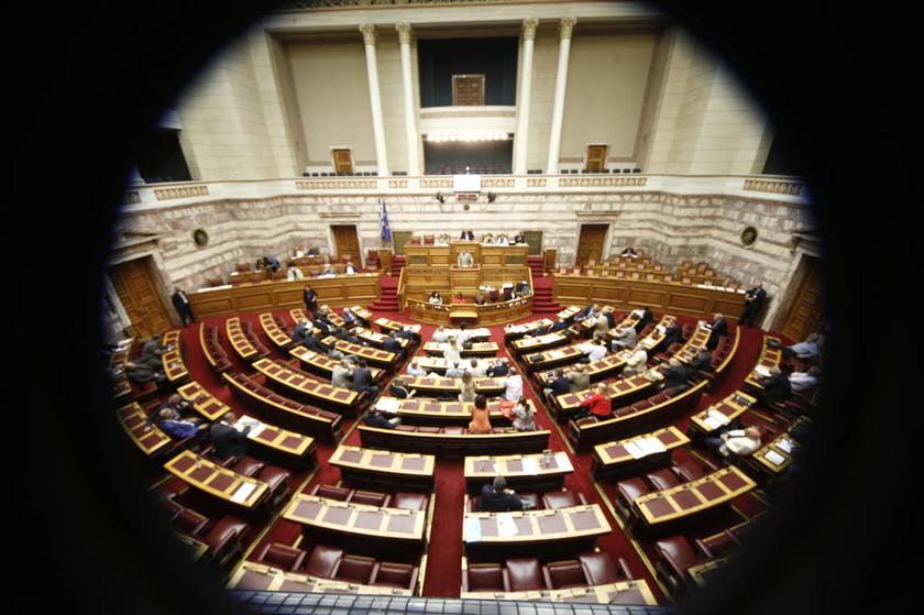 Εικόνες ντροπής στο Ελληνικό Κοινοβούλιο