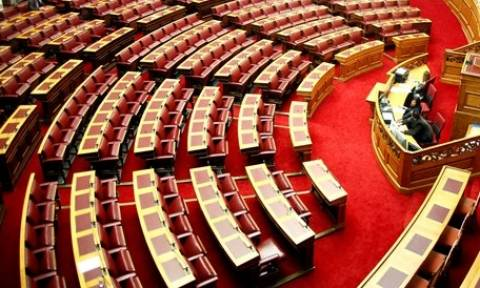 Εικόνες ντροπής στο Ελληνικό Κοινοβούλιο - Αυτοί... είναι οι βουλευτές μας!