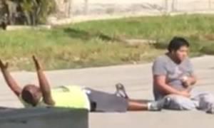 Νέο βίντεο-σοκ: Αστυνομικοί πυροβολούν Αφροαμερικανό που προσπαθούσε να βοηθήσει τον ασθενή του!