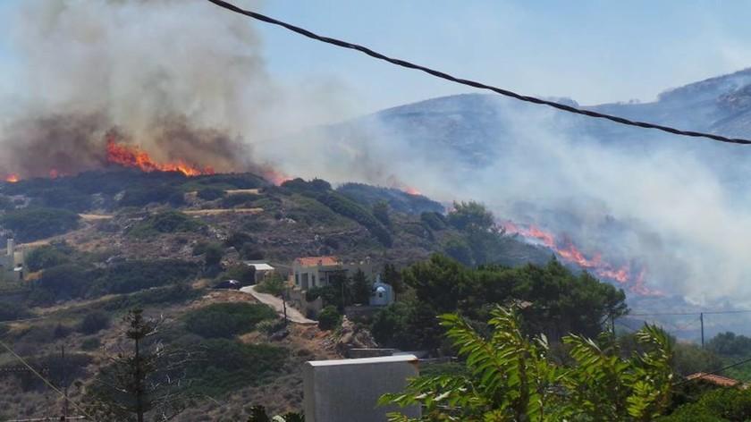 Σύρος: Κάηκαν αυτοκίνητα και μηχανές από τη μεγάλη φωτιά (photos&video)