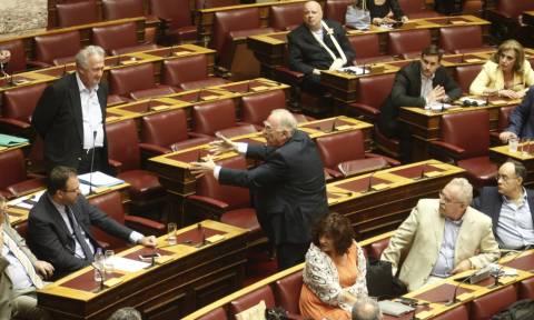 Εκλογικός νόμος - Χαμός στη Βουλή: Άγριο επεισόδιο Σκανδαλίδη - Λεβέντη