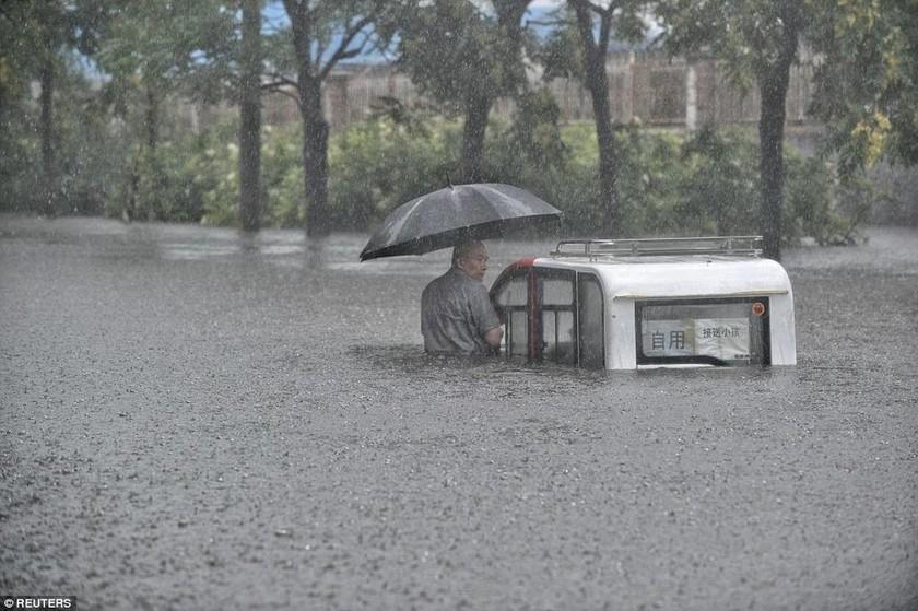 Τρομακτική η κατάσταση στην Κίνα: Τουλάχιστον 42 νεκροί από τις πλημμύρες (videos+photos)
