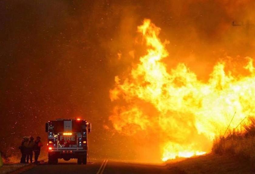 ΗΠΑ: Ανεξέλεγκτη μαίνεται πυρκαγιά βορειοδυτικά του Λος Άντζελες (pics)