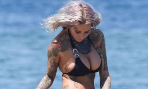 Πήγε για μπάνιο στην παραλία και της έφυγε το... μπικίνι (photos)