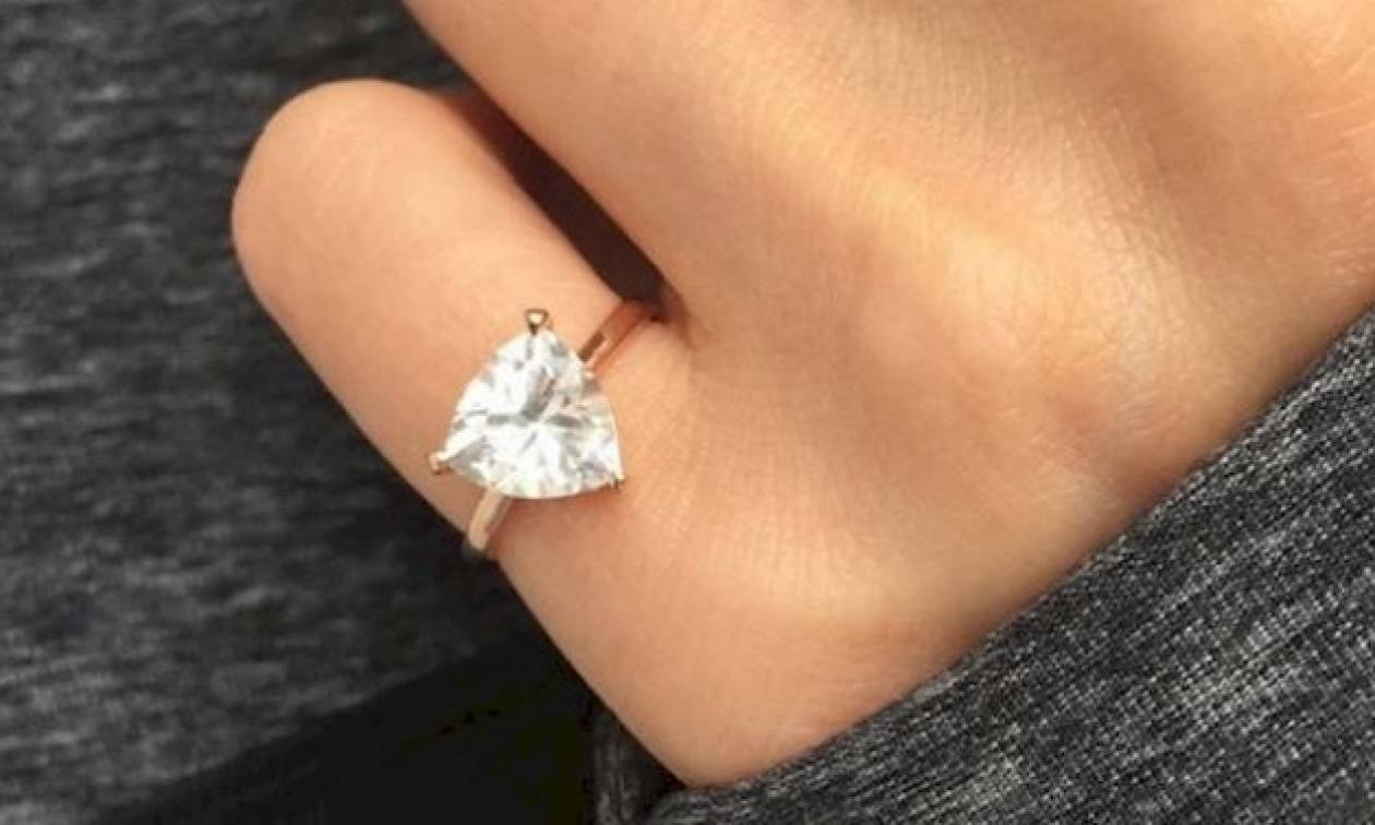 Προσοχή! Αν δείτε γυναίκα να φοράει αυτό το δαχτυλίδι στο μικρό της δάχτυλο  τότε σημαίνει πως… - Newsbomb 320f947263e
