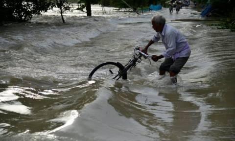 Νεπάλ-Ινδία: 90 νεκροί από σαρωτικές πλημμύρες, δύο εκ. άνθρωποι εγκατέλειψαν τα σπίτια τους (Pics)