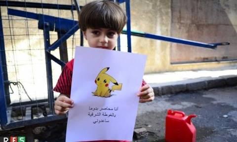 Σπαρακτικό μήνυμα από τα παιδιά της Συρίας: Κρατούν εικόνες με Πόκεμον και... (video)