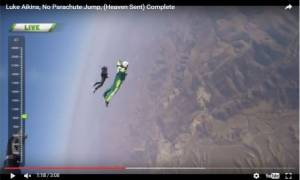 Bίντεο που κόβει την ανάσα: Πήδηξε στο κενό χωρίς αλεξίπτωτο από ύψος 7,5 χιλιομέτρων και επέζησε!