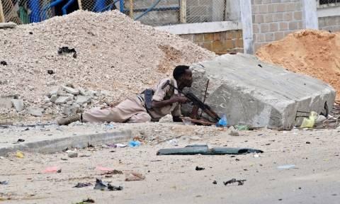 Δέκα νεκροί από βομβιστική επίθεση και εισβολή με όπλα σε βάση της αστυνομίας στη Σομαλία