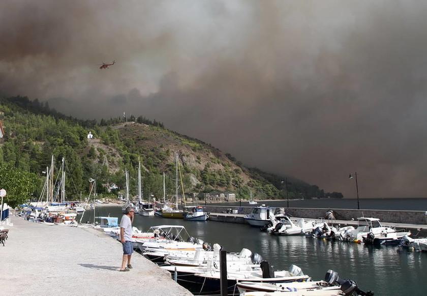 Φωτιά στην Εύβοια: Η πύρινη λαίλαπα σαρώνει τα πάντα για Τρίτη μέρα και απειλεί τη Λίμνη Ευβοίας
