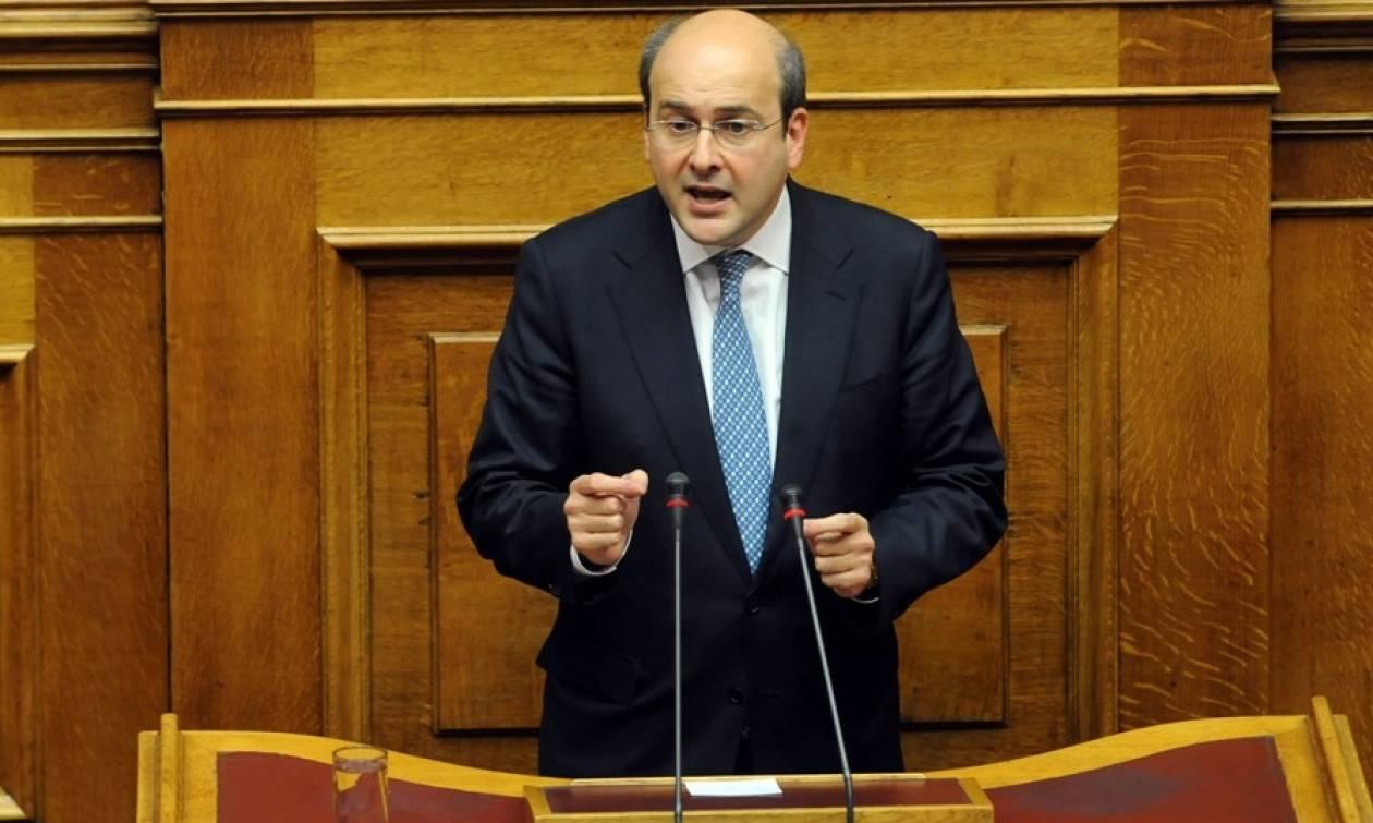 Χαμός στη Βουλή: Αιχμές Χατζηδάκη για εργολάβο «με κουμπάρους υπουργούς»