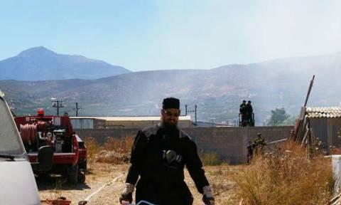 Ο ξεχωριστός εθελοντής πυροσβέστης που δίνει τη μάχη με τις φλόγες φορώντας…ράσα (pics)