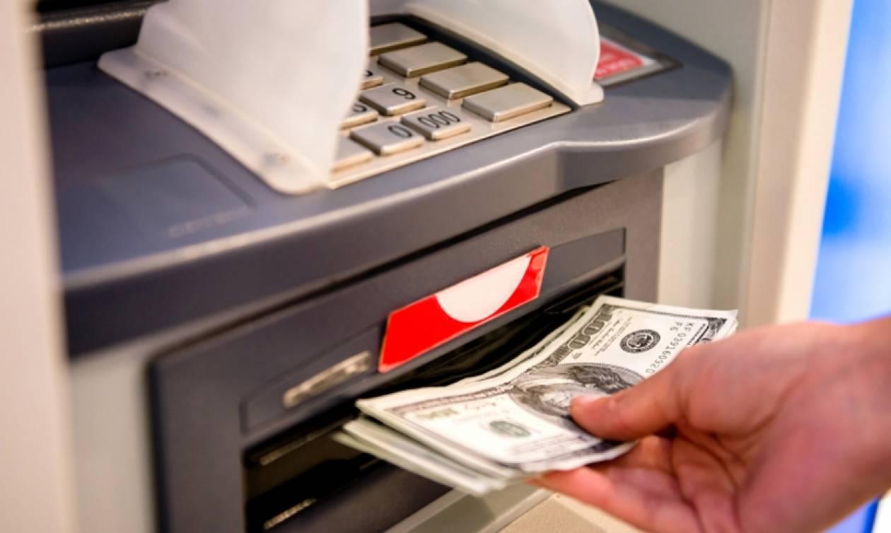 ATM «φτύνουν» λεφτά: Βγάζουν ανεξέλεγκτα χρήματα