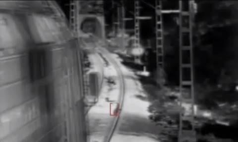 Συγκλονιστικό βίντεο! Το παιδί έπαιζε ανέμελο στις γραμμές του τρένου όταν...