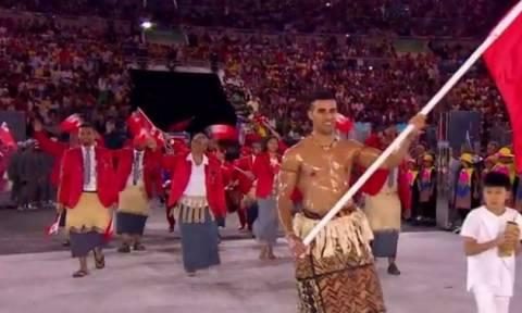 Ολυμπιακοί Αγώνες 2016: Ο λαδωμένος σημαιοφόρος των Τόνγκα που προκάλεσε φρενίτιδα (photos)