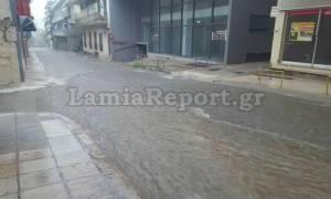 Καιρός: «Ποτάμια» οι δρόμοι της Λαμίας από δυνατή νεροποντή (pics&vids)