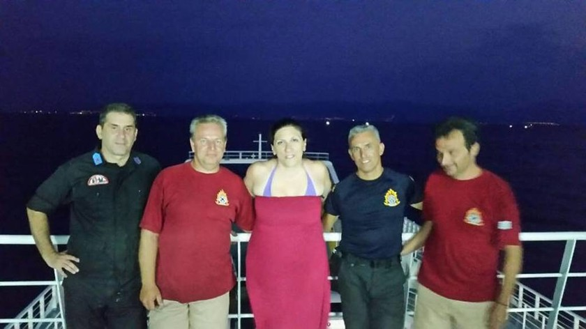 Κωνσταντοπούλου: Φωτογραφήθηκε με πυροσβέστες και τους ευχαρίστησε για την προσφορά τους(pics)