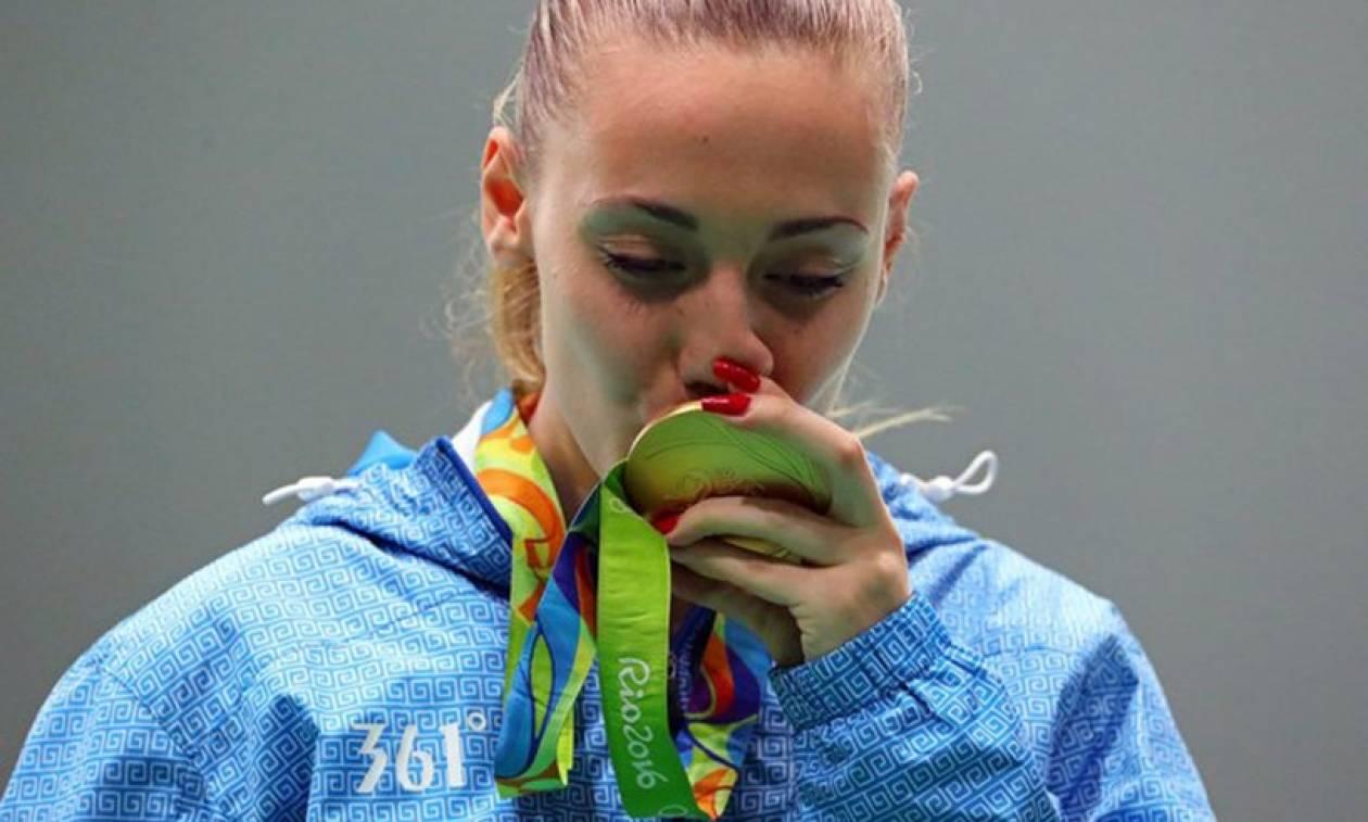 LIVE: Η «χρυσή» Άννα Κορακάκη επιστρέφει στην Ελλάδα!