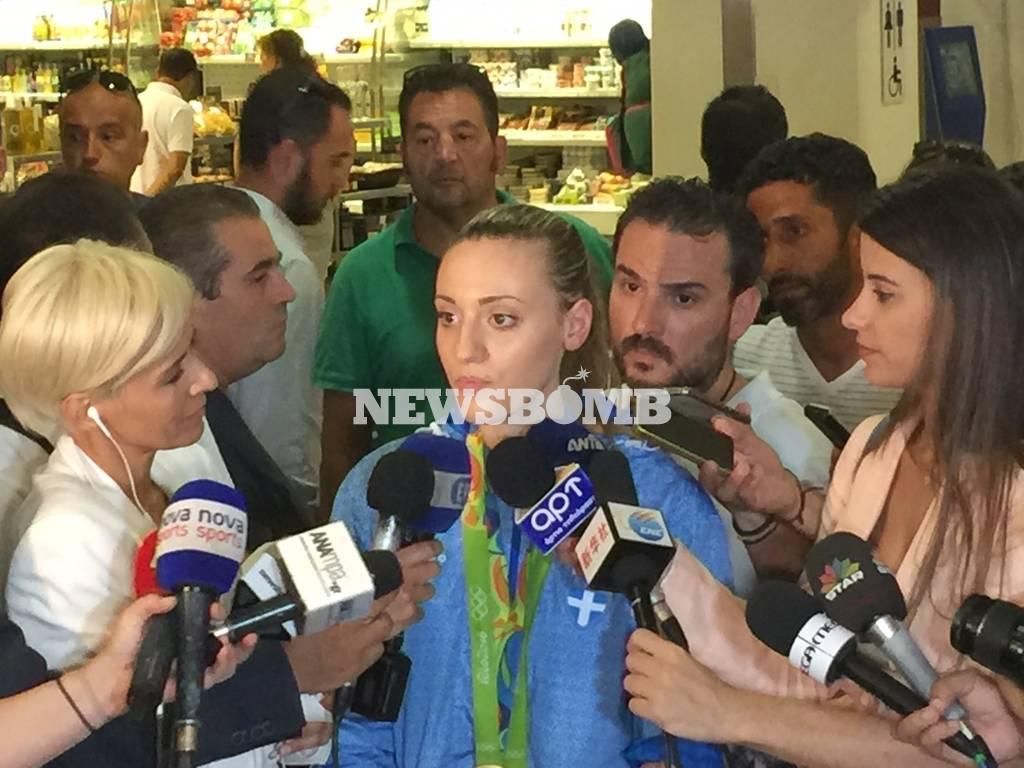 Η Άννα Κορακάκη μιλάει στο Newsbomb.gr.