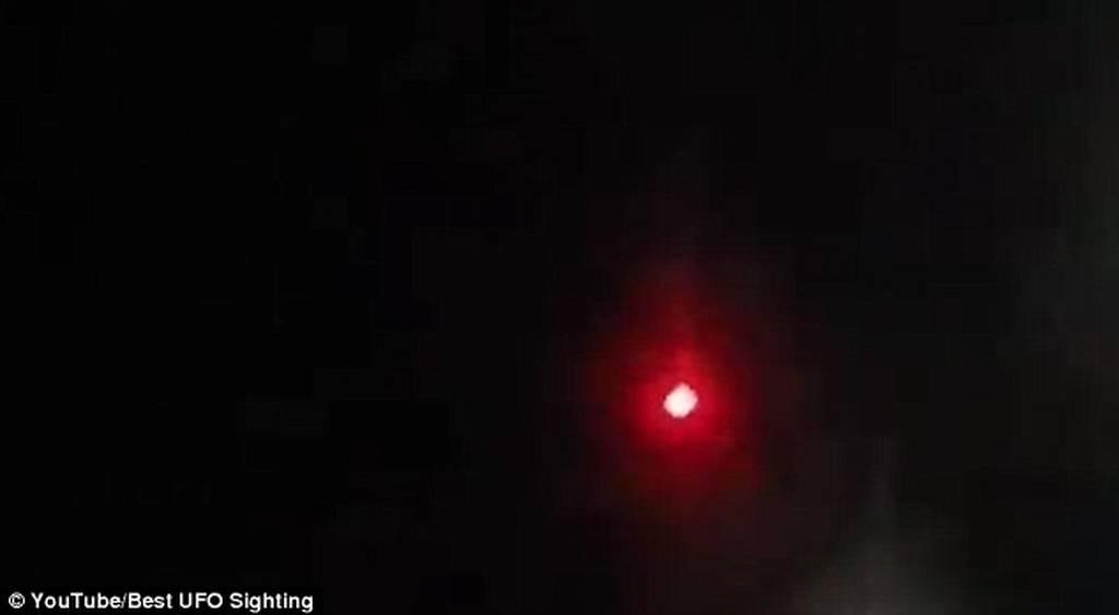 Ένα περίεργο κόκκινο UFO τρομοκρατεί το Παρίσι (video&photos)