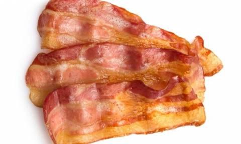 Μετά από αυτές τις φωτογραφίες δεν θα φάτε ποτέ ξανά μπέικον – Τι βρήκαν μέσα σε συσκευασία (photos)