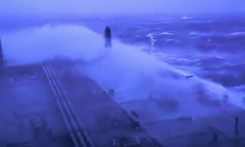 Ταξίδια τρόμου... Οταν τα κύματα σκεπάζουν πλοία, εν μέσω θυέλλης (video)