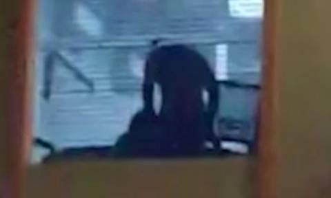 Σάλος με ακατάλληλο βίντεο: Αντί για Pokemon έπιασε παντρεμένη γραμματέα να κάνει σεξ στο γραφείο!