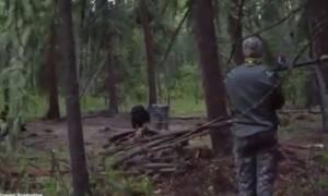 Βίντεο-σοκ: Κυνηγός σκοτώνει αρκούδα με ακόντιο!