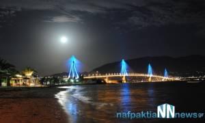 Υπερθέαμα η αυγουστιάτικη πανσέληνος στη γέφυρα Ρίου - Αντιρρίου (photo-video)