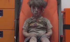 Συρία: Στην αγκαλιά των γονιών του ο 5χρονος Ομράν