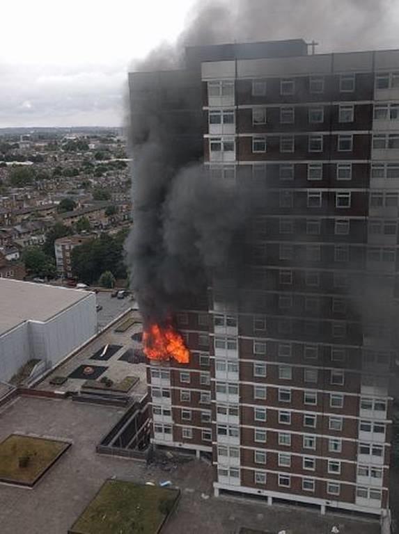 Μεγάλη φωτιά σε πολυκατοικία στο Λονδίνο - Αναφορές για εγκλωβισμένους (pics+vid)