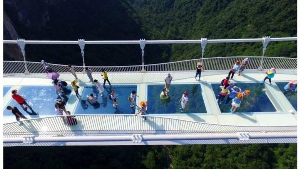 Μόνο για όσους δεν έχουν υψοφοβία: Άνοιξε η μεγαλύτερη γυάλινη γέφυρα του κόσμου! (pics&vid)