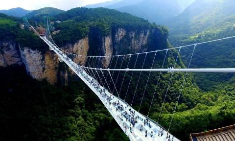 Μόνο για όσους δεν έχουν υψοφοβία: Άνοιξε η μεγαλύτερη γυάλινη γέφυρα του κόσμου! (pics)