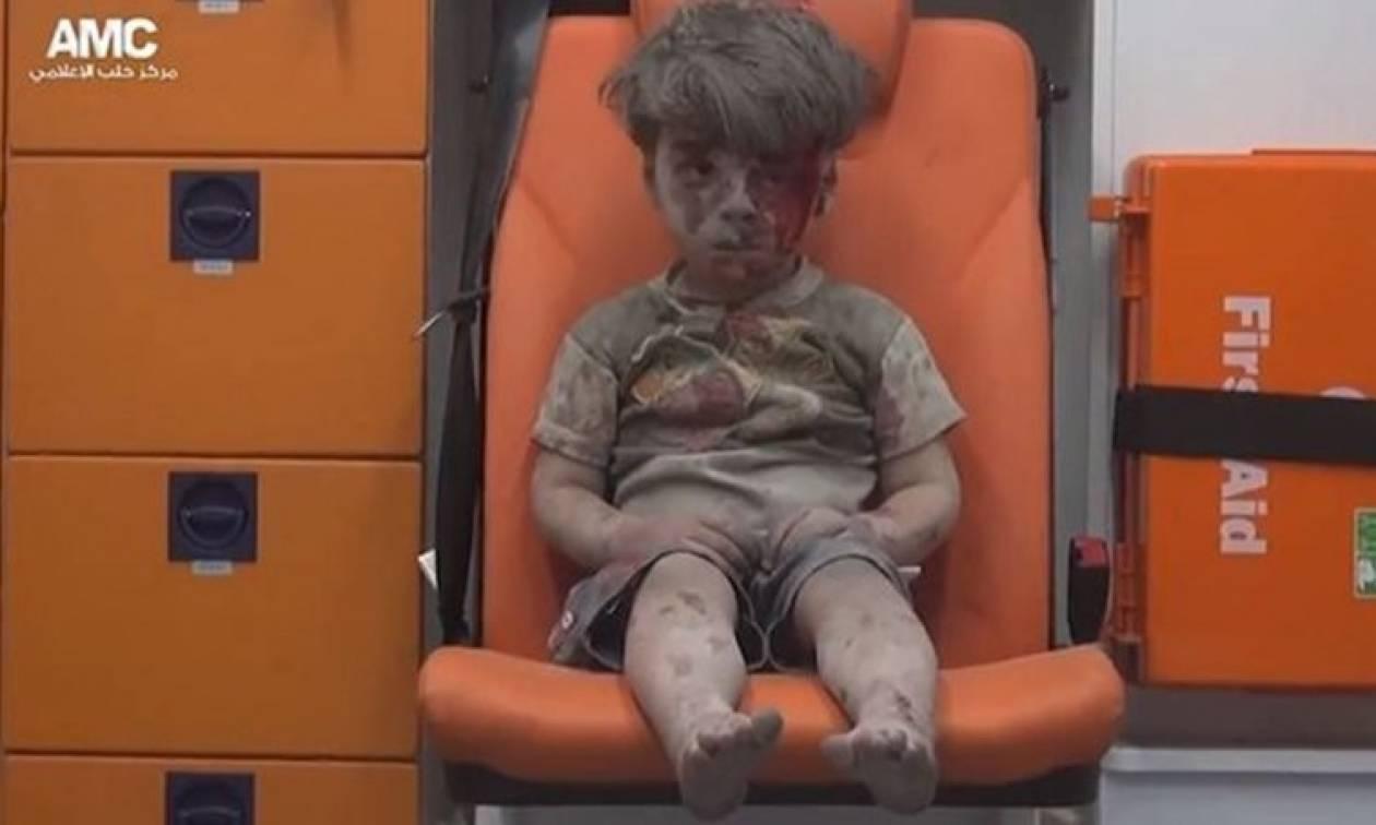 Συρία: Ξεψύχησε ο 10χρονος αδελφός του μικρού Ομράν που έγινε σύμβολο της αγριότητας του πολέμου