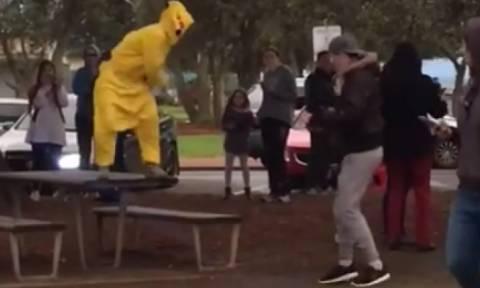 Ο... Άραβας με τη βόμβα ξαναχτυπά, ντυμένος... Pokemon (video)
