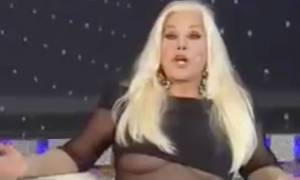 Σάλος: Πασίγνωστη παρουσιάστρια πέταξε έξω το στήθος της ενώ έπαιρνε συνέντευξη! (video)