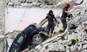 Σεισμός Ιταλία: Συγκινούν Αφρικανοί πρόσφυγες που βοηθούν στην αναζήτηση επιζώντων (videos)