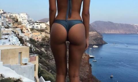 Η σέξι Emily Ratajkowski «ξαναχτυπά» από τη Σαντορίνη (photos)