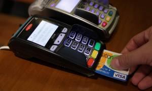 Κρυφό φόρο στις συναλλαγές ετοιμάζει η κυβέρνηση για να αποφύγει τον «κόφτη»