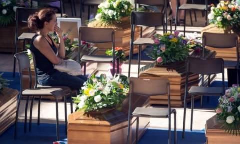 Σεισμός Ιταλία: Αβάσταχτος ο πόνος στις κηδείες των νεκρών - Εθνικό πένθος στην Ιταλία