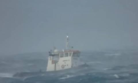 Ρυμουλκό... καταπίνει για πλάκα τα κύματα στο στενό Μυκόνου - Τήνου (video)