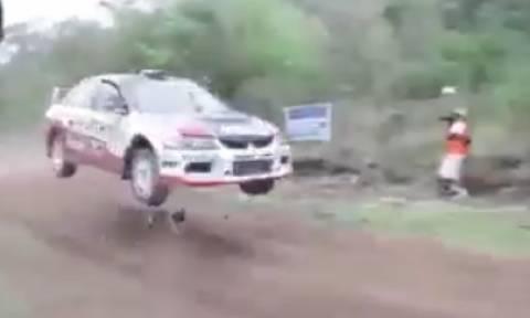 Ο πιο τυχερός σκύλος του κόσμου! Πέρασε αγωνιστικό αυτοκίνητο από πάνω του (Video)