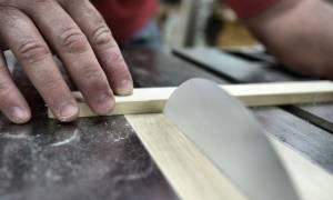 Viral Video: Μπορεί μια σελίδα χαρτί να κόψει ένα κομμάτι ξύλο;