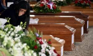 Ιταλία: Αβάσταχτος ο πόνος στις κηδείες των θυμάτων του φονικού σεισμού (pics)