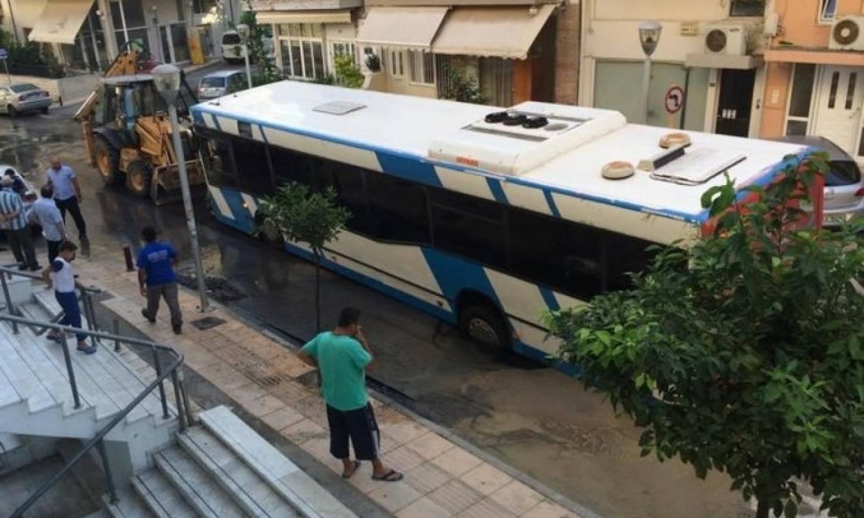 Κρήτη: Άνοιξε ο δρόμος και κατάπιε… λεωφορείο! (photos)
