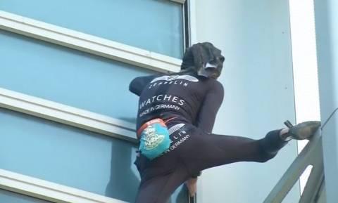 Γάλλος... Spiderman σκαρφάλωσε σε ουρανοξύστη για να ζητήσει την αποφυλάκιση κρατούμενης (vid)