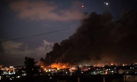 Στις φλόγες από εξοργισμένους διαδηλωτές το κοινοβούλιο της Γκαμπόν (Pics)