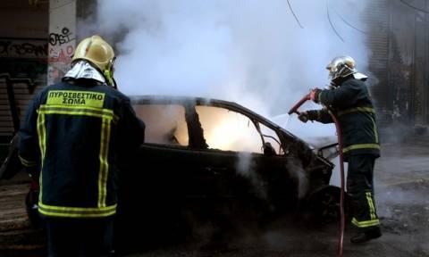 Στις φλόγες αυτοκίνητο στη Γλυφάδα